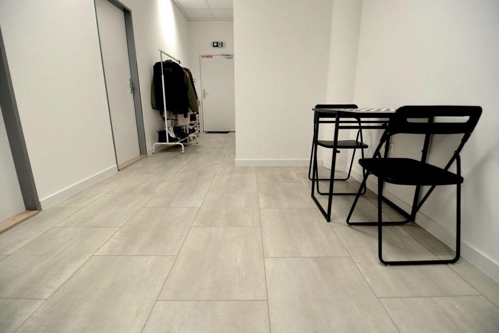 Industriálna podlaha - kamenný vzor s pásikmi