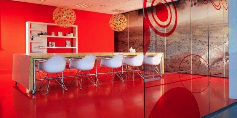 Arturo kancelarsky priestor cervena liata podlaha