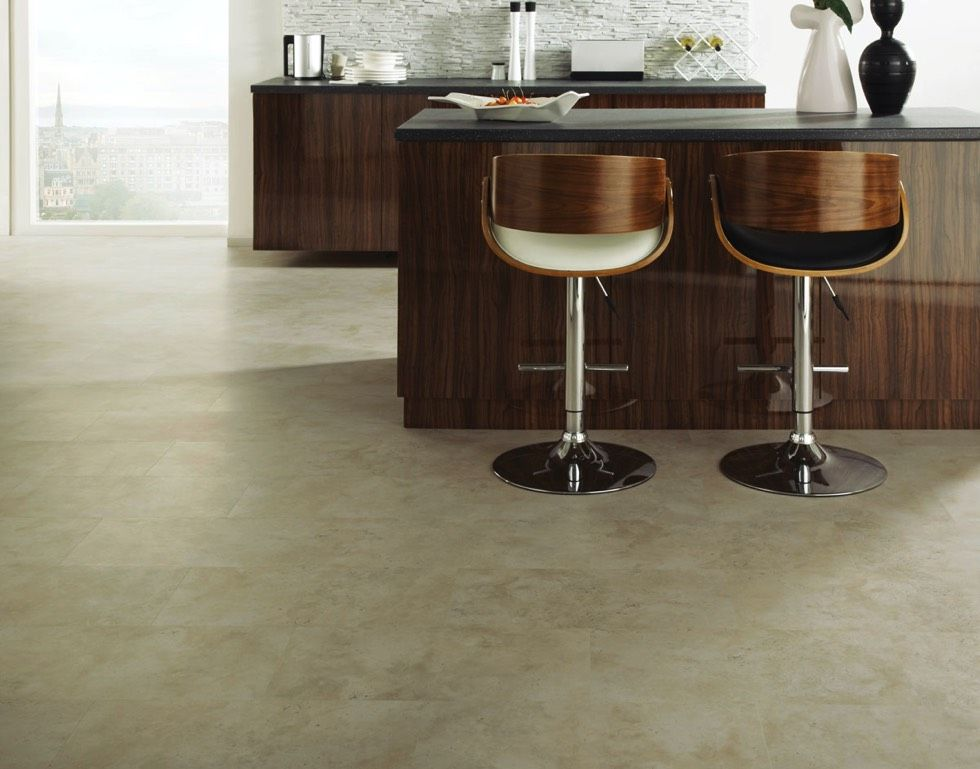 svetle odtiene vinylovej podlahy stylovo doplni tmavy nabytok